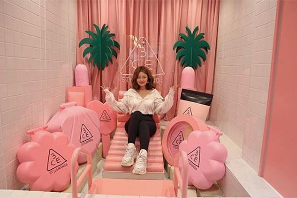 Khi StyleNanda bắt đầu được nhiều người biết đến với những sản phẩm thời trang độc đáo, Kim Soo Hee cho ra mắt 3CE - thương hiệu mỹ phẩm con và lập tức trở thành cơn sốt trên toàn châu Á. Tất cả những sản phẩm cộp mác 3CE đều được giới trẻ đua nhau lùng mua, nổi bật nhất là các dòng son môi.