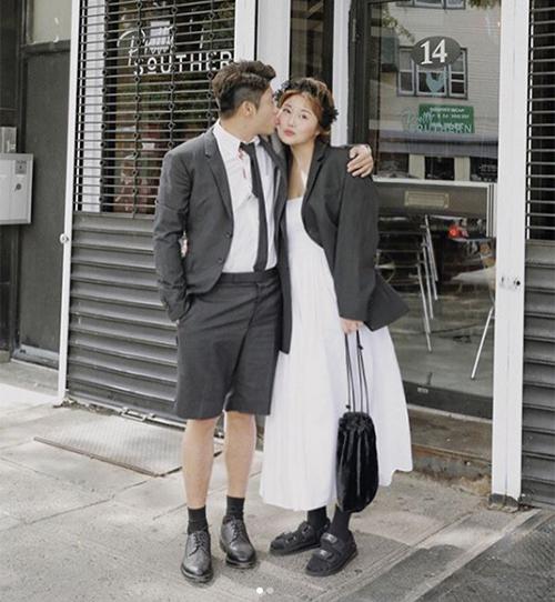 Kim Soo Hee đã lên xe hoa hồi năm ngoái. Ông xã của cô cũng là người có gu thời trang thú vị.