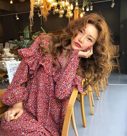 Bà trùm của StyleNanda là Kim Soo Hee, sinh năm 1983. Cô bắt đầu xây dựng thương hiệu riêng từ năm 2004. Lúc đó, Kim Soo Hee chỉ mới 22 tuổi. Sau một thời gian bán online, cô mở cửa hàng đầu tiên ở khu phố mua sắm nhộn nhịp Dongdaemun. Cũng từ đây danh tiếng của StyleNanda lên như diều gặp gió.