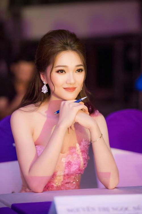 Phong cách chuyên nghiệp, duyên dáng cùng sự tự tin giúp người đẹp xứ Nghệ nhận được nhiều tình cảm yêu mến của khán giả từ sau cuộc thi Hoa hậu Hoàn vũ Việt Nam 2017 kết thúc.