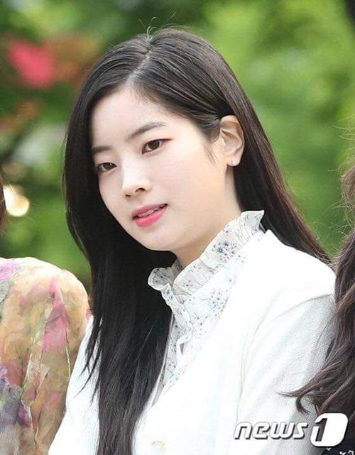 Da Hyun luôn thích mặc màu trắng, những kiểu áo bèo nhún, chất liệu mỏng nhẹ phù hợp với thời tiết mùa hè.