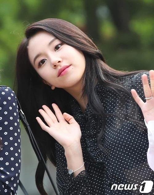 Em út Chae Yeon mặc sơ mi khá mỏng, lộ rõ nội y thông qua ống kính máy ảnh.