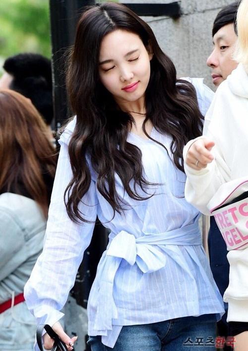 Vì phải đến đài truyền hình vào lúc sáng sớm, Na Yeon lộ rõ vẻ buồn ngủ. Thành viên Twice vừa đi vừa nhắm mắt buồn ngủ.