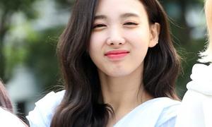Na Yeon ngái ngủ, Mina lộ đầu gối thâm tím trên đường đi làm