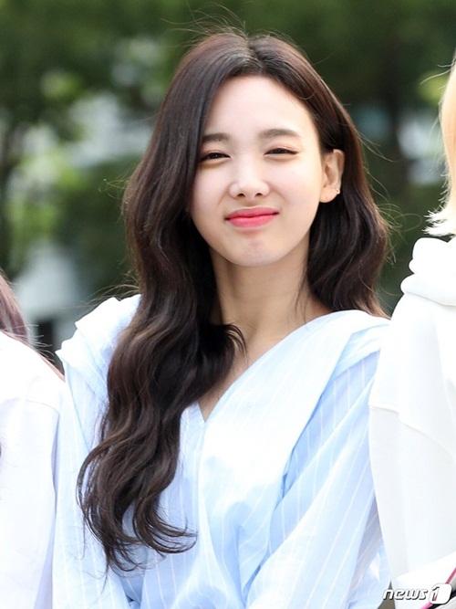 Na Yeon không thể mở mắt khi đứng chụp ảnh. Biểu cảm ngái ngủ của nữ ca sĩ được fan nhận xét là đáng yêu.