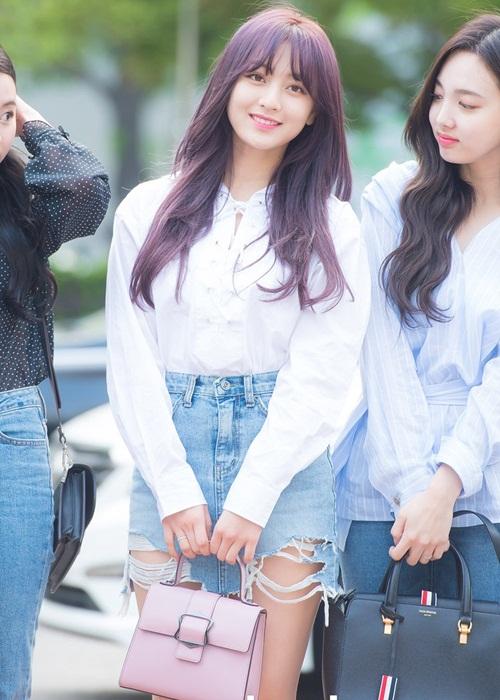 Ji Hyo chứng minh nhan sắc đang ngày càng thăng cấp. Mẫu quần short rách bắt đầu phủ sóng tủ đồ của nhiều idol.