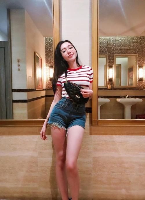 Elly Trần khoe chân thon,