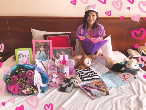 Hoàng Yến Chibi hạnh phúc với núi quà fan tặng.