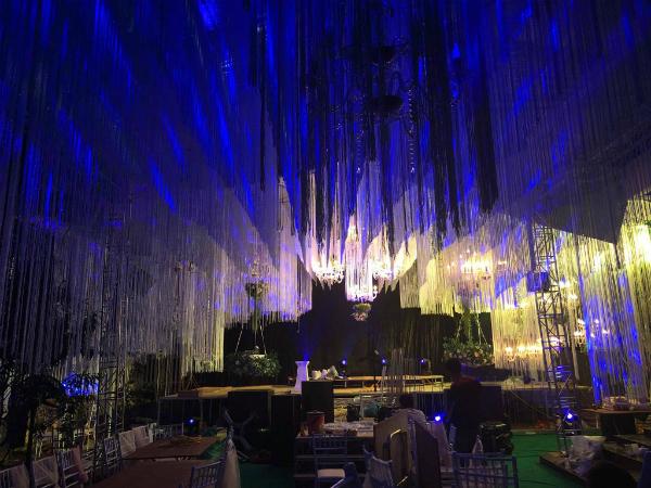 Không gian tiệc cưới được tiết lộ trang hoàng đến tiền tỷ ngập tràn hoa, đèn lung linh. Điều này thể hiện độ chịu chơi và giàu có của nhân vật chính.