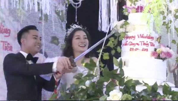 Cặp đôi hạnh phúc thực hiện các nghi lễ như cắt bánh.