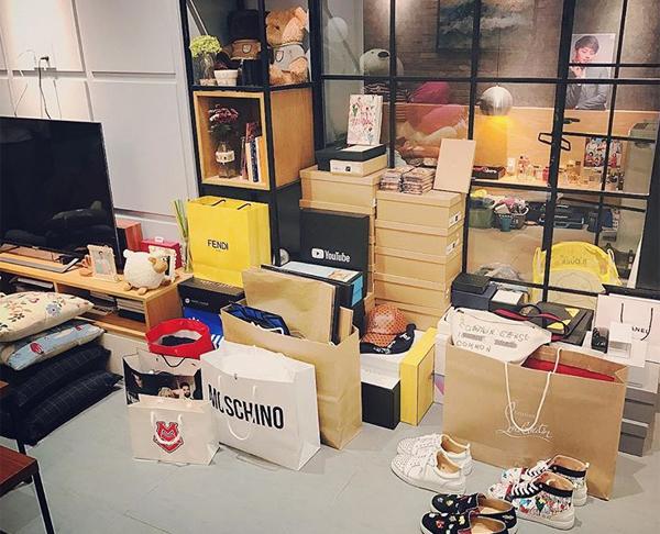 Góc phòng chứ hộp to hộp nhỏ toàn hàng hiệu của Duy Khánh.