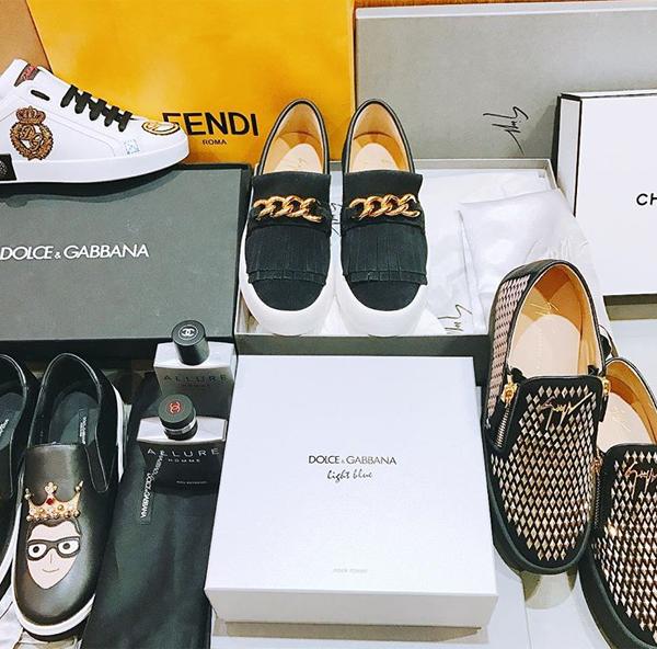 Mỗi lần mua sắm, cô giáo Khánh có thể chi cả trăm triệu để sắm về nhiều đôi giày khác nhau, tất cả đều đến từ những thương hiệu thời trang cao cấp. Kiểu giày mà Duy Khánh thích thường có kiểu dáng, màu sắc nổi bật để làm điểm nhấn cho cả trang phục.