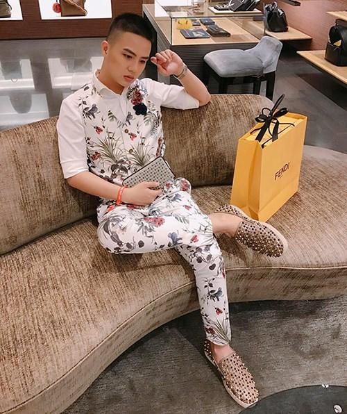 Giày là thứ được Duy Khánh tích cực sắm nhất trong tủ đồ. Anh chàng từng khoe mình dành cả thanh xuân chỉ để sưu tầm những đôi giày hàng hiệu.