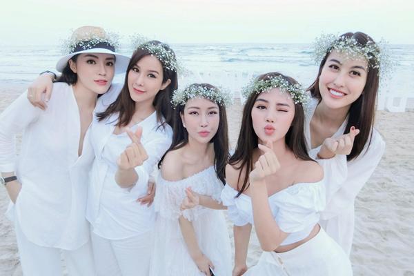 Hội chị em hàng hiệu của Kỳ Duyên gồm Diệp Lâm Anh, Lam Cúc, Jolie Nguyễn và Hà Lade vừa có chuyến du lịch cùng nhau ngày đầu hè. Trên biển Đà Nẵng, các cô gái nổi bật với dress code chung một sắc trắng tinh khôi, tôn lên làn da trắng ngần.