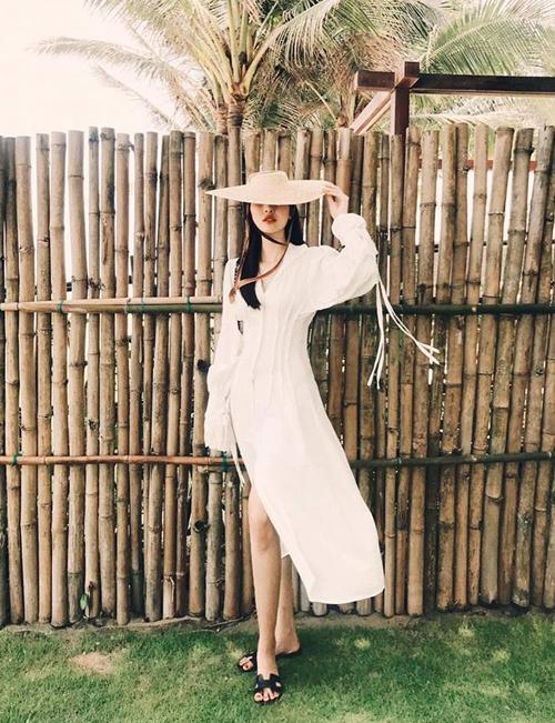 Vốn cũng là tay chơi hàng hiệu thứ thiệt nên Hà Lade tranh thủ chụp những bức hình đẹp mắt với style cực chất. Chiếc váy thiết kế được cô nàng diện cùng dép lê Hermes thoải mái.