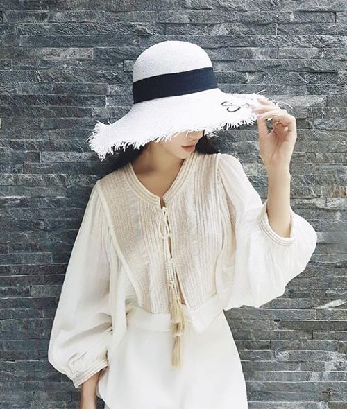 Hoa hậu con nhà giàu Jolie Nguyễn thay nhiều trang phục chung phong cách nữ tính và gợi cảm.