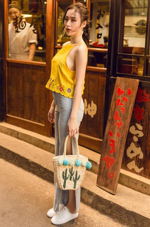 Phương Trinh kết hợp giày giẫm gót với nhiều kiểu trang phục màu sắc để tạo điểm nhấn.