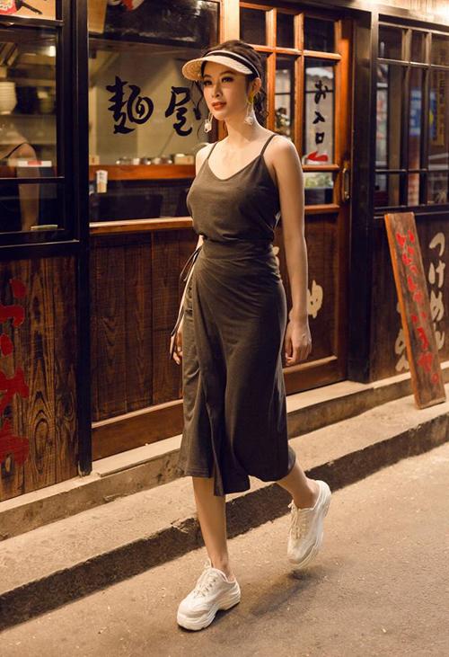 Chán diện các kiểu đồ khoe vòng ba phản cảm, Angela Phương Trinh dần quay lại phong cách trẻ trung, năng động gần đây. Trong bộ ảnh street style mới, cô nàng lăng xê xu hướng giày thể thao giẫm gót - trào lưu phá cách đang được các tín đồ thời trang yêu thích.