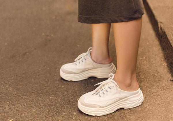 Mốt diện giày này tuy trông chẳng khác gì vừa đi vừa phá nhưng lại ghi điểm vì sự nổi bật, chất chơi.