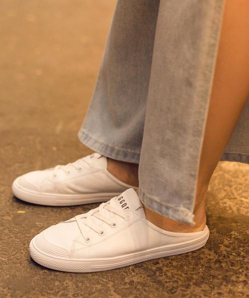 Kiểu đi giày này chỉ áp dụng được với những đôi có phần gót mềm, dù giẫm nhưng vẫn không phá hỏng phom giày.