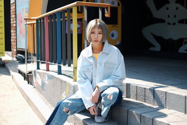 Những chuyến ra nước ngoài là cơ hội cho Min lên đồ chất chơi, khoác lên mình những trang phục phá cách mà không phải khi nào cũng dám diện.