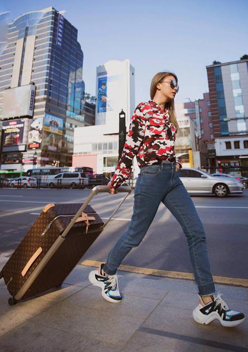 Dù có phong độ thất thường mỗi khi lên thảm đỏ nhưng lúcra phố, Quỳnh Anh Shyn là một nữ hoàng street style chính hiệu. Thời trang đi du lịch của cô nàng ngày càng đẳng cấp với những món đồ hàng hiệu từ đầu đến chân.