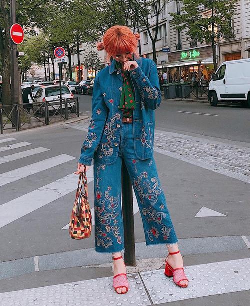 Vốn có cá tính thời trang đầy riêng biệt, Min khẳng định sự sành điệu bằng những set đồ độc đáo, kết hợp nhiều món đồ nổi bần bật nhưng vẫn tạo nên tổng thể hòa hợp, không bị rối rắm.