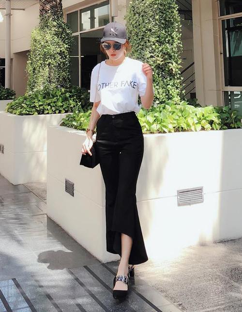 Áo phông và quần ống loe tuy đơn giản nhưng lại giúp Lilly Luta trông cao ráo hơn mà không cần đến giày siêu cao gót khi đi dạo phố.