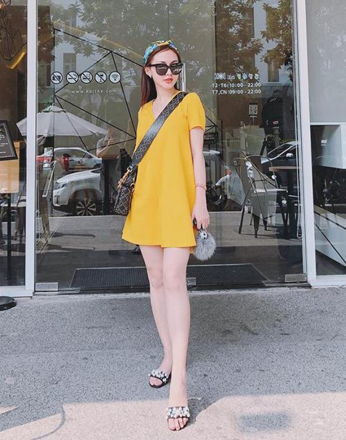 Chiếc váy vàng rực rỡ tôn lên làn da trắng ngần của Kelly Nguyễn, giúp cô nàng nổi bần bật dưới nắng hè.