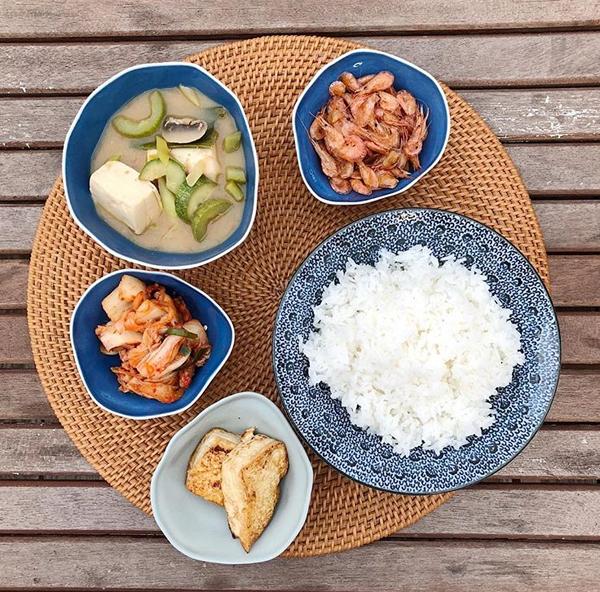 Những bữa cơm gia đình cũng được Hà Tăng chỉn chu, bày biện sắp xếp trông rất ngon mắt.