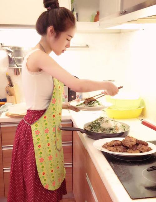 Ngoài những giờ phút kinh doanh, đi sự kiện, Elly Trần dành hầu hết thời gian trong căn bếp để nấu nướng cho gia đình.
