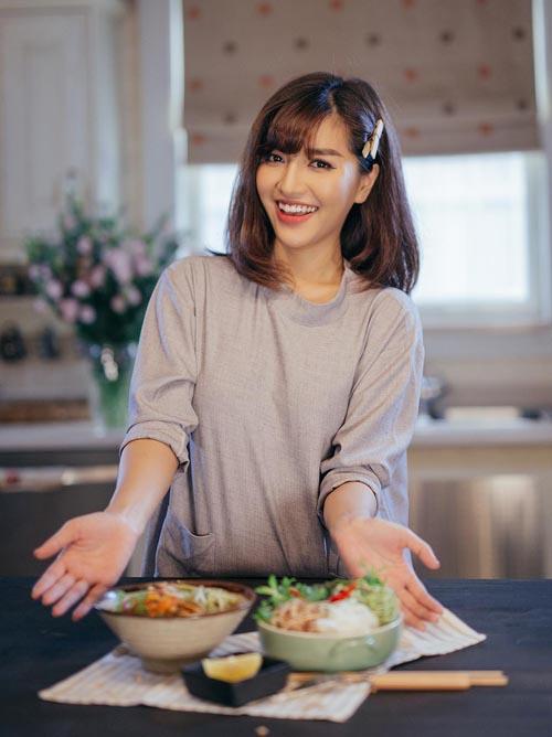 Không chỉ đảm đang nấu cơm nhà hàng ngày, Bích Phương còn có khả năng chế biến nhiều món ăn Tây, đồ ăn vặt, tráng miệng... Cô nàng thường xuyên khoe thành phẩm khiến fan xuýt xoa vì trông ngon mắt chẳng khác gì ở tiệm.