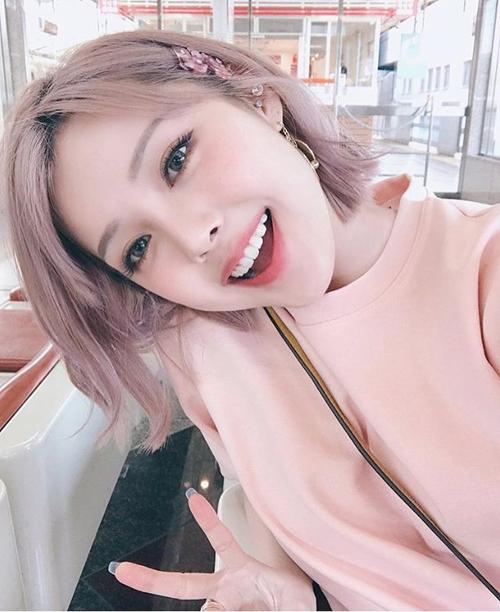 Màu tóc hồng vốn vừa điệu đà lại vừa nữ tính, tuy nhiên nó là gam quá rực nên không phải ai nhuộm cũng hợp, thậm chí còn khiến da bị xỉn màu và trông sến. Tuy nhiên với màu hồng khói nhẹ nhàng, gương mặt của bạn sẽ trở nên đầy tươi sáng và sang chảnh.