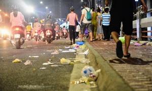 Rác 'ngập' đường sau Lễ hội Pháo hoa ở Đà Nẵng