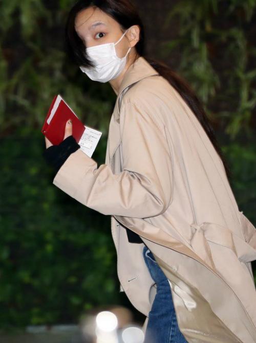 Na Yeon còn không kẻ lông mày khi ra sân bay.