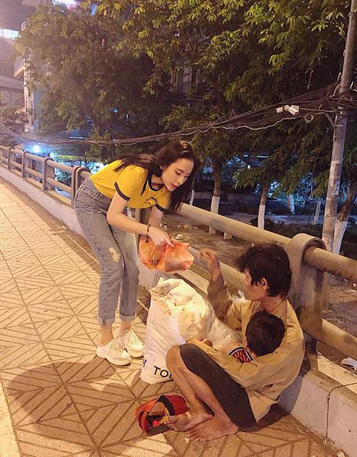 Angela Phương Trinh dù bận đến mấy vẫnđều đặn hàng tháng ra đường tặng quà cho người vô gia cư.