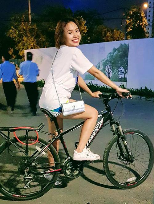 Vân Hugo khi diện đồ năng động và đạp xe thể thao trông hoàn toàn không còn dấu hiệu của một bà mẹ hơn 30 tuổi.