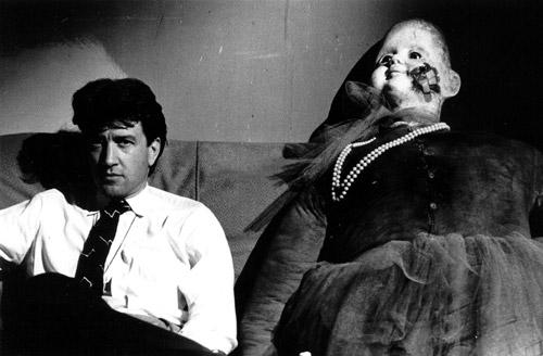 Đạo diễn David Lynch bên cạnh con búp bê đạo cụ kỳ lạ.