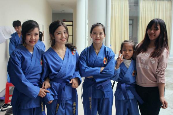Trần Thị Hậu (thứ 2, từ trái sang) cùng các bạn trong CLB võ thuật tỉnh Quảng Ninh.