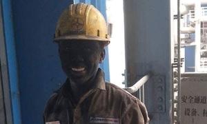 'Nụ cười nhiệt điện' - khoảnh khắc lấm lem gây xúc động của người công nhân