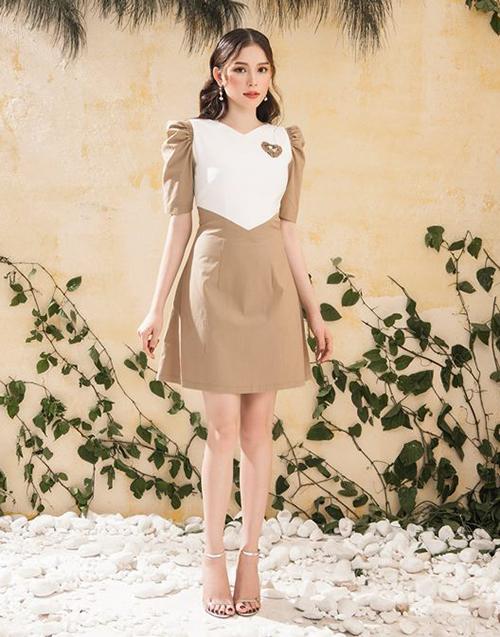 Trong chuyến dạo phố sau sinh, Thu Thảo thay vì hàng hiệu đắt đỏ thì chọn bộ đầm thiết kế của một thương hiệu trong nước, có mức giá khá bình dân. Tuy nhiên chiếc váy vẫn phô trọn được vẻ đẹp của thần tiên tỷ tỷ.