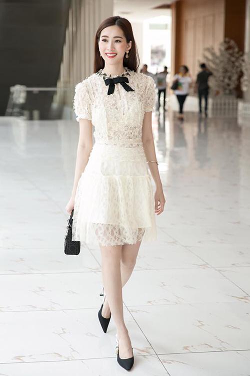 Thu Thảo vốn có vóc dáng mảnh dẻ nên váy ôm là kiểu trang phục quen thuộc của người đẹp từ trước đến nay.