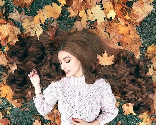Sarah Trần (28 tuổi) là cô gái gốc Việt được nhiều người ngưỡng mộ trên Instagram khoảng 2 năm trước. Cô sở hữu mái tóc vàng xoăn bồng bềnh như công chúa tóc mây phiên bản đời thực. Cô có bố là người Việt, mẹ là người Astralia. Hiện Sarah Trần sinh sống và làm việc tại Berlin, Đức.