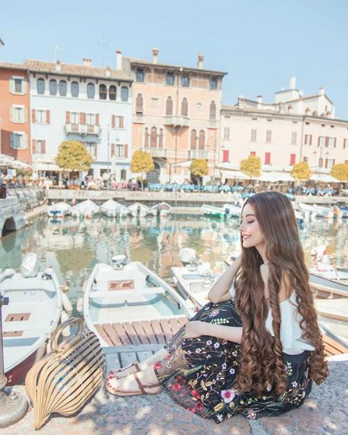 Sarah Trần cho biết chỉ tìm thấy hạnh phúc khi cô có cơ hội được đi du lịch trải nghiệm khắp nơi. Niềm vui này giúp cô nhìn rõ bản thân muốn gì và nhận ra ý nghĩa thật sự của cuộc sống.