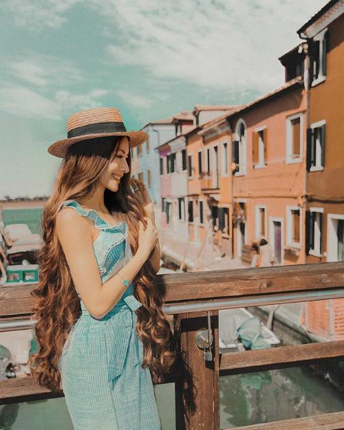 Cuộc sống đi du lịch khắp nơi của Sarah Trần trở thành mơ ước của rất nhiều cô gái.