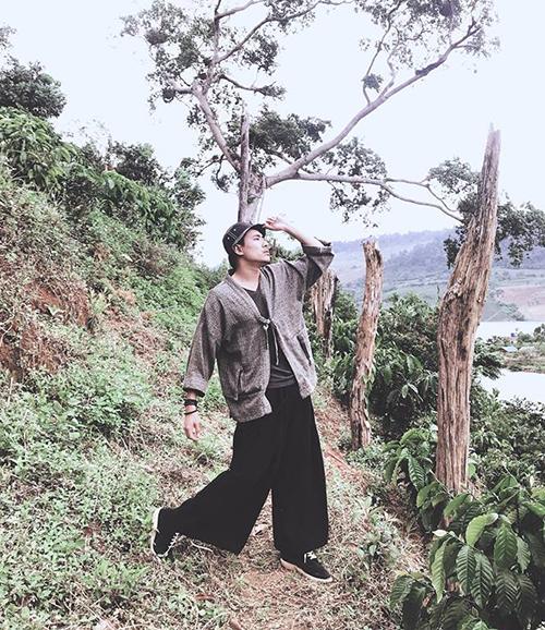 Kiều Minh Tuấn luôn có những cách tạo dáng hài hước khiến fan thích thú.