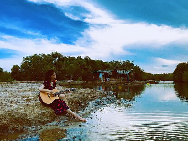 Elly Trần dù sinh ra ở thành phố nhưng lại có niềm đam mê với khung cảnh làng quê mộc mạc.