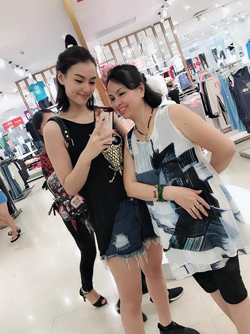 Hai mẹ con Hồng Quế rủ nhau đi mua sắm.