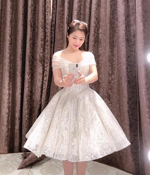 Hương Tràm diện váy bồng xinh như công chúa.