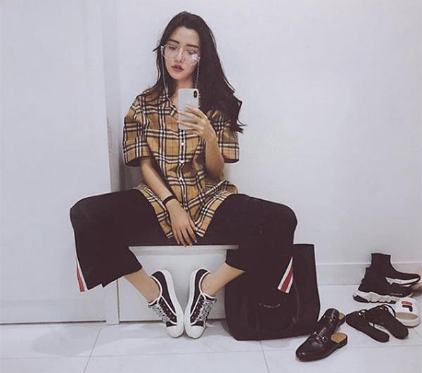 Cùng một chiếc áo hàng hiệu với phom dáng rộng rãi, Bích Phương lại diện theo cách khác biệt hoàn toàn so với Kỳ Duyên. Cô nàng diện đồ ngổ ngáo như con trai, kết hợp áo cùng quần thun ống suông, sneakers khỏe khoắn.